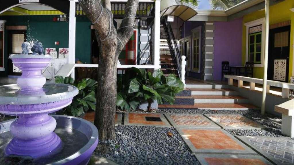 O Purple Fountain Courtyard Inn é um hotel colorido, acessível e gay friendly em Palawan