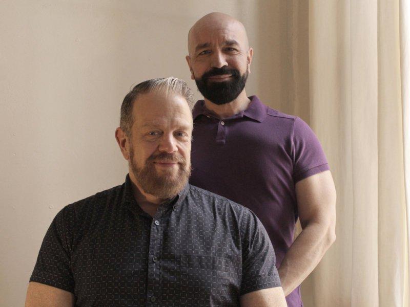 Tom e Lorenzo são um casal fabuloso que escreve sobre moda, filmes, tv e muito mais, tudo de um ponto de vista gay
