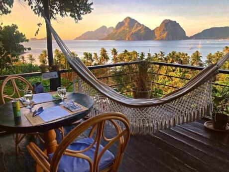 Parte da experiência glamping Birdhouse, The Nesting Table é um restaurante lindo e romântico com comida deliciosa
