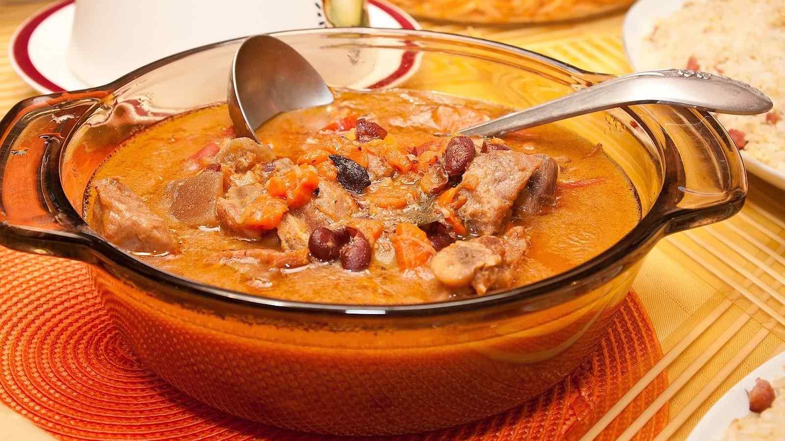 Kaldereta é um guisado rico de carne de cabra das Filipinas, mas outra carne pode ser usada em vez de cabra