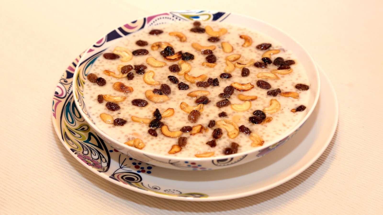 Sago payasam é uma sobremesa doce adorável do Sri Lanka, como um pudim de arroz, mas feita com pérolas de sagu