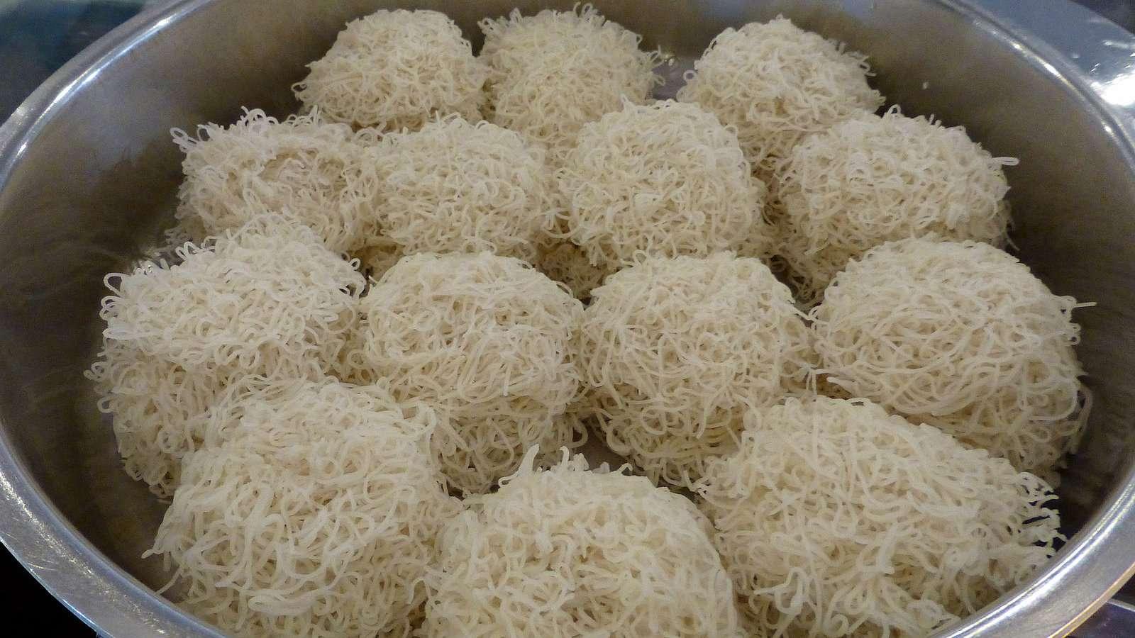 Os saltadores de corda são uma comida do Sri Lanka semelhante aos saltadores de ovo e tão saborosos