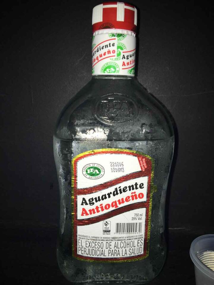 Aguardiente é uma bebida alcoólica colombiana que é boa, mas beba com moderação se não quiser uma ressaca chocante!