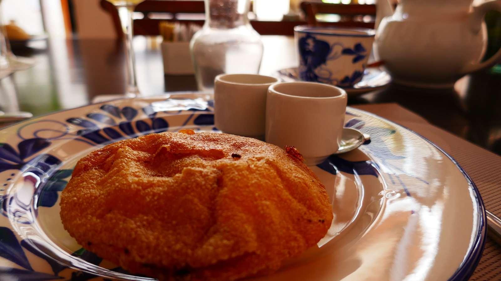 Arepas são um lanche saboroso ou comida de café da manhã da Colômbia que pode ter uma variedade de recheios