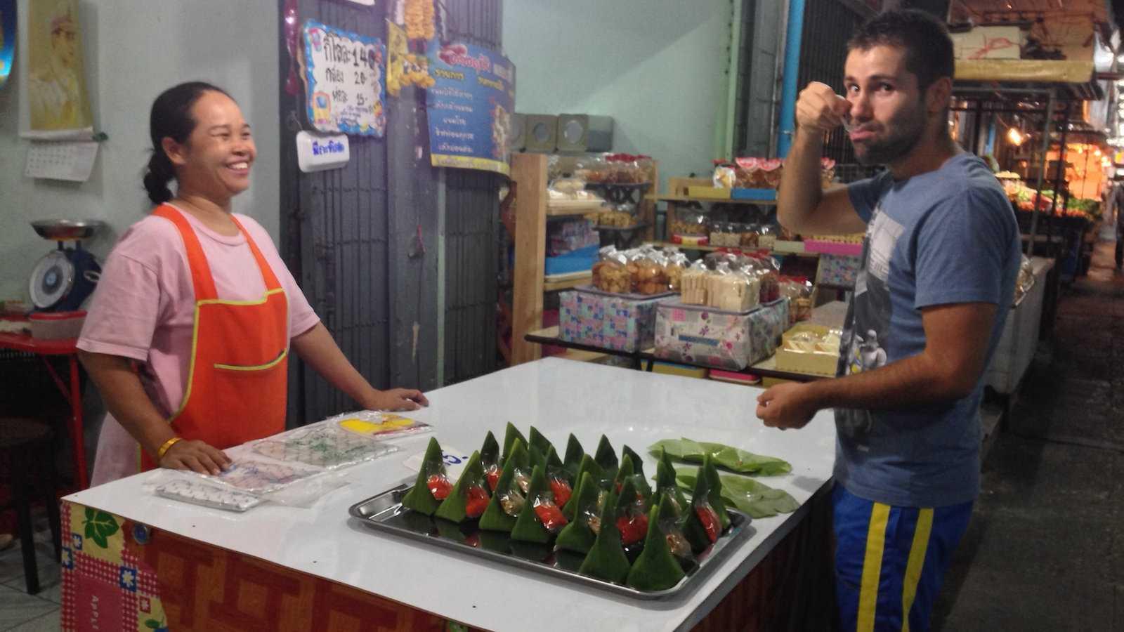 Kao tom mud é uma deliciosa sobremesa tailandesa envolta em folhas de bananeira
