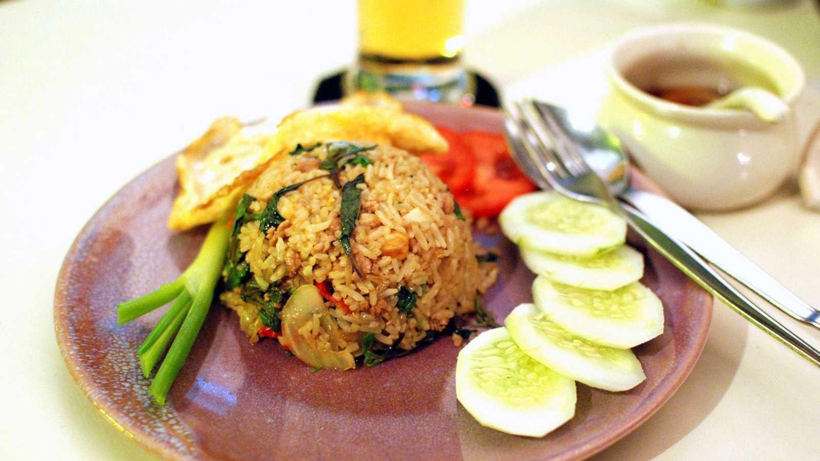 A versão tailandesa de arroz frito usa um molho de peixe picante como base, em vez de molho de soja, como o arroz frito chinês