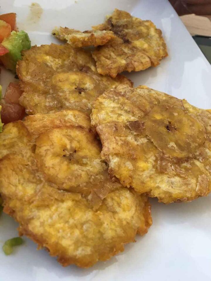 A versão colombiana de um bolinho de banana, patacones foram um dos nossos petiscos favoritos durante as nossas viagens