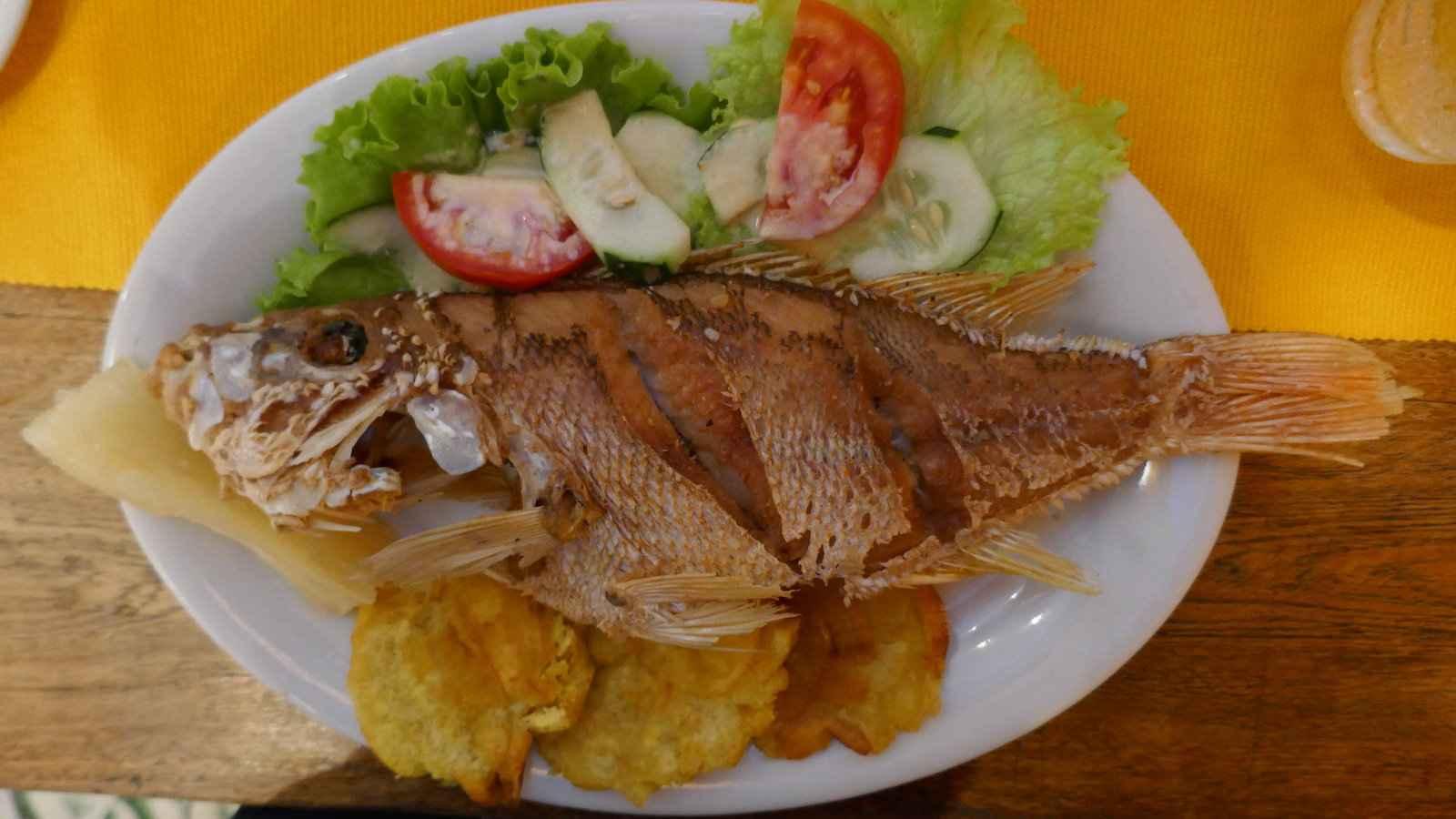Em vez de peixe com batatas fritas, na Colômbia você tem pescado frito, um delicioso peixe frito inteiro