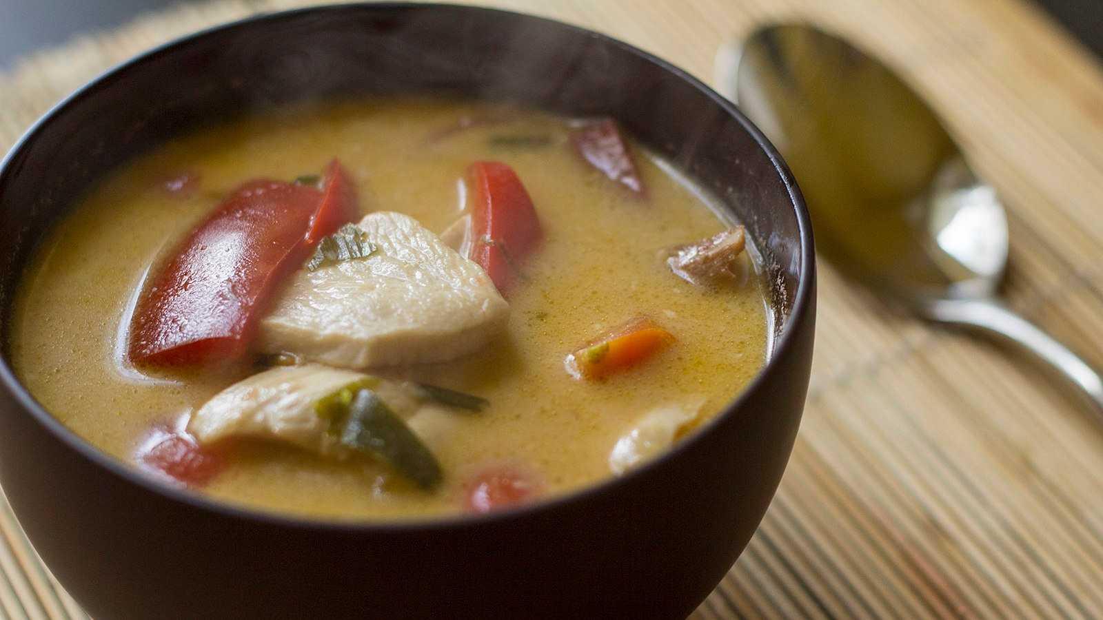 Tom kha gai é outra sopa picante da Tailândia, com leite de coco para cremosidade e geralmente frango como proteína