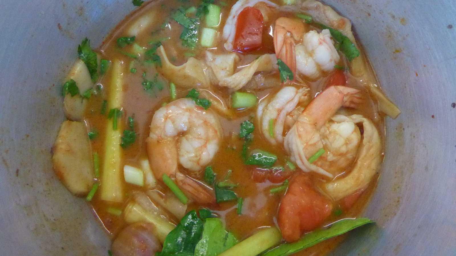 Tom yum goong é uma popular sopa tailandesa quente e azeda com camarão