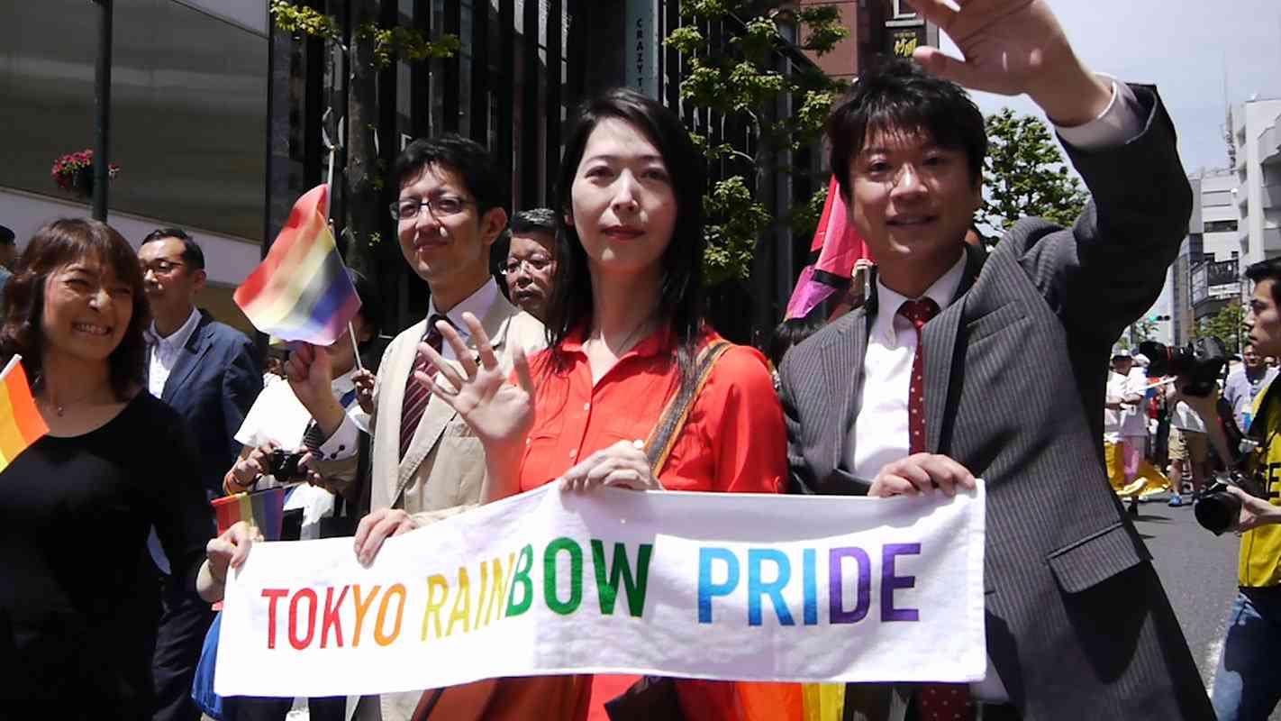 A primeira transgênero política do Japão, Aya Kamikawa, na parada do Orgulho do Arco-Íris de Tóquio