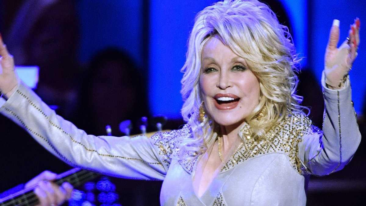 Dolly Parton é uma cristã que apóia o casamento gay, bem como um ícone gay por seu estilo e música