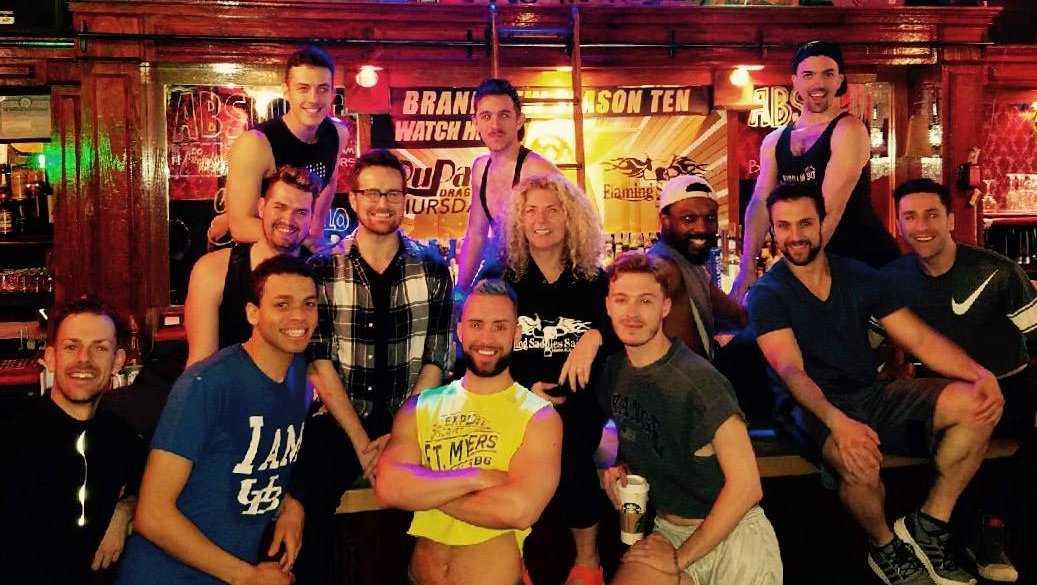 Flaming Saddles Saloon é um bar gay com temática do oeste selvagem na cidade de Nova York