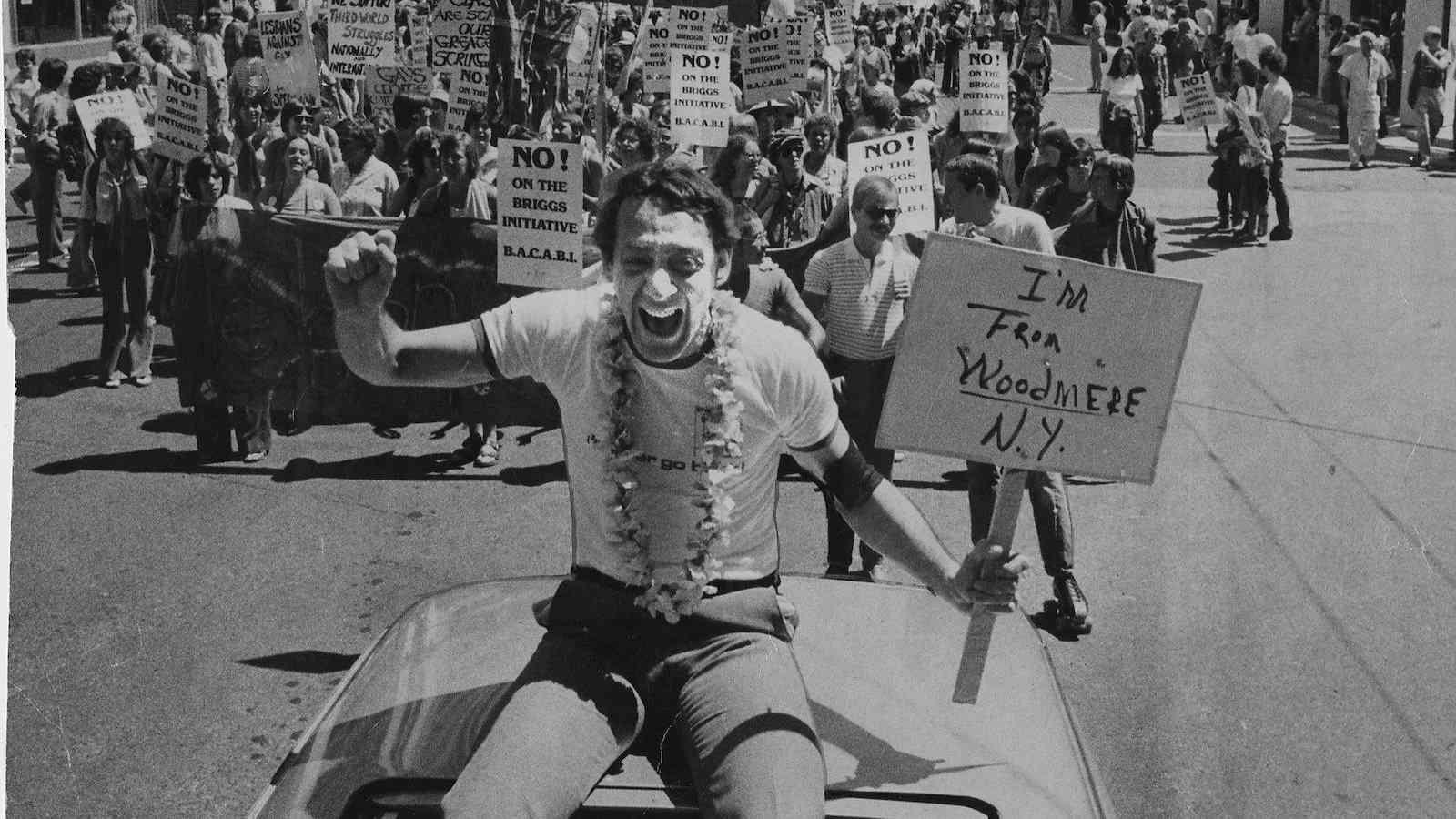 Harvey Milk foi um político gay que fez muito para ajudar os direitos dos homossexuais na política dos EUA
