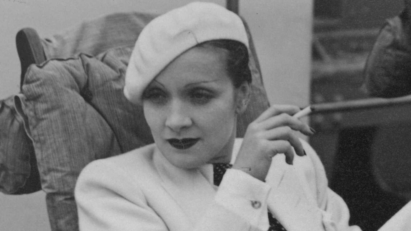 Marlene Dietrich se tornou um ícone gay devido à sua sexualidade aberta e à recusa em se vestir com roupas de gênero