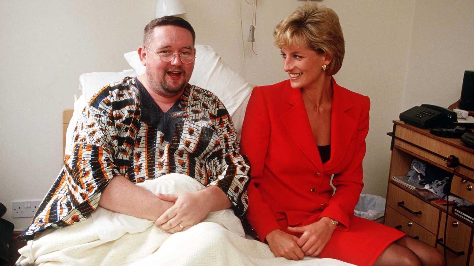 A princesa Diana se tornou um ícone gay por seu trabalho com pacientes com HIV / AIDS e rumores de que ela se vestia de travesti para ir a clubes com amigos gays