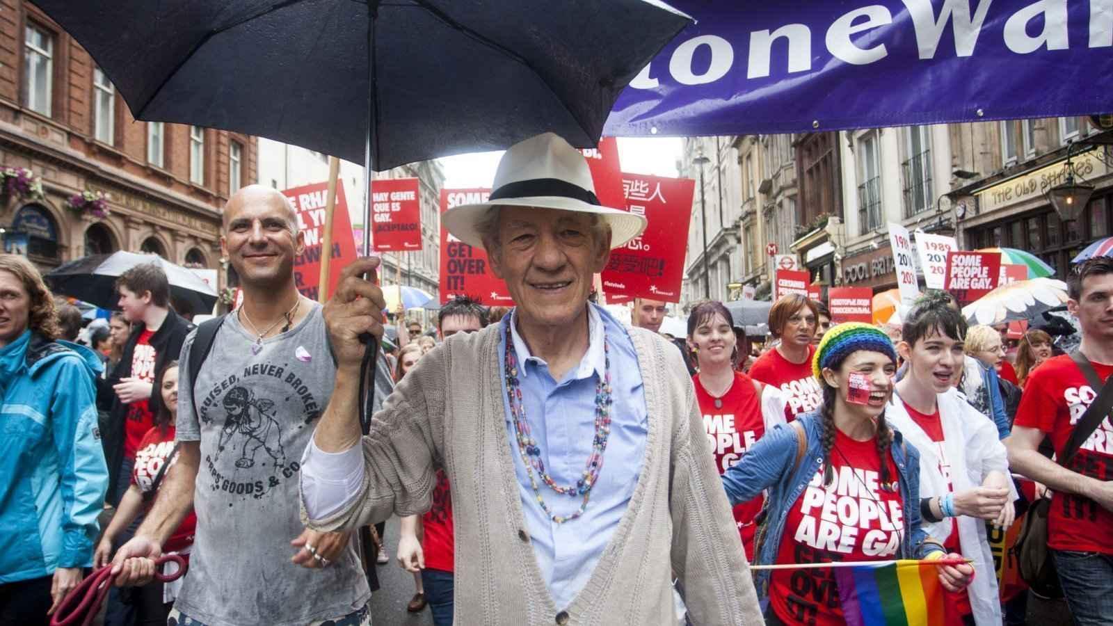 Sir Ian McKellen é um famoso ator gay conhecido tanto por seu ativismo LGBTQ quanto por seu talentoso trabalho de ator