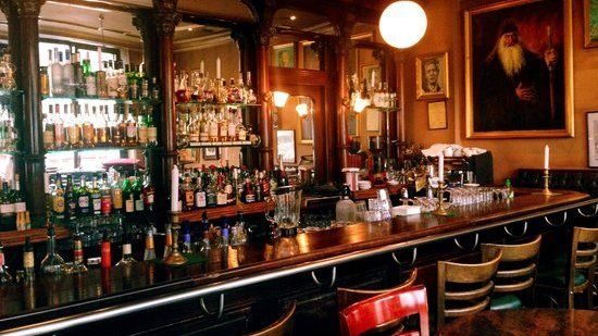 Having a cocktail at a cosy bar is a romantic activity for couples in Berlin