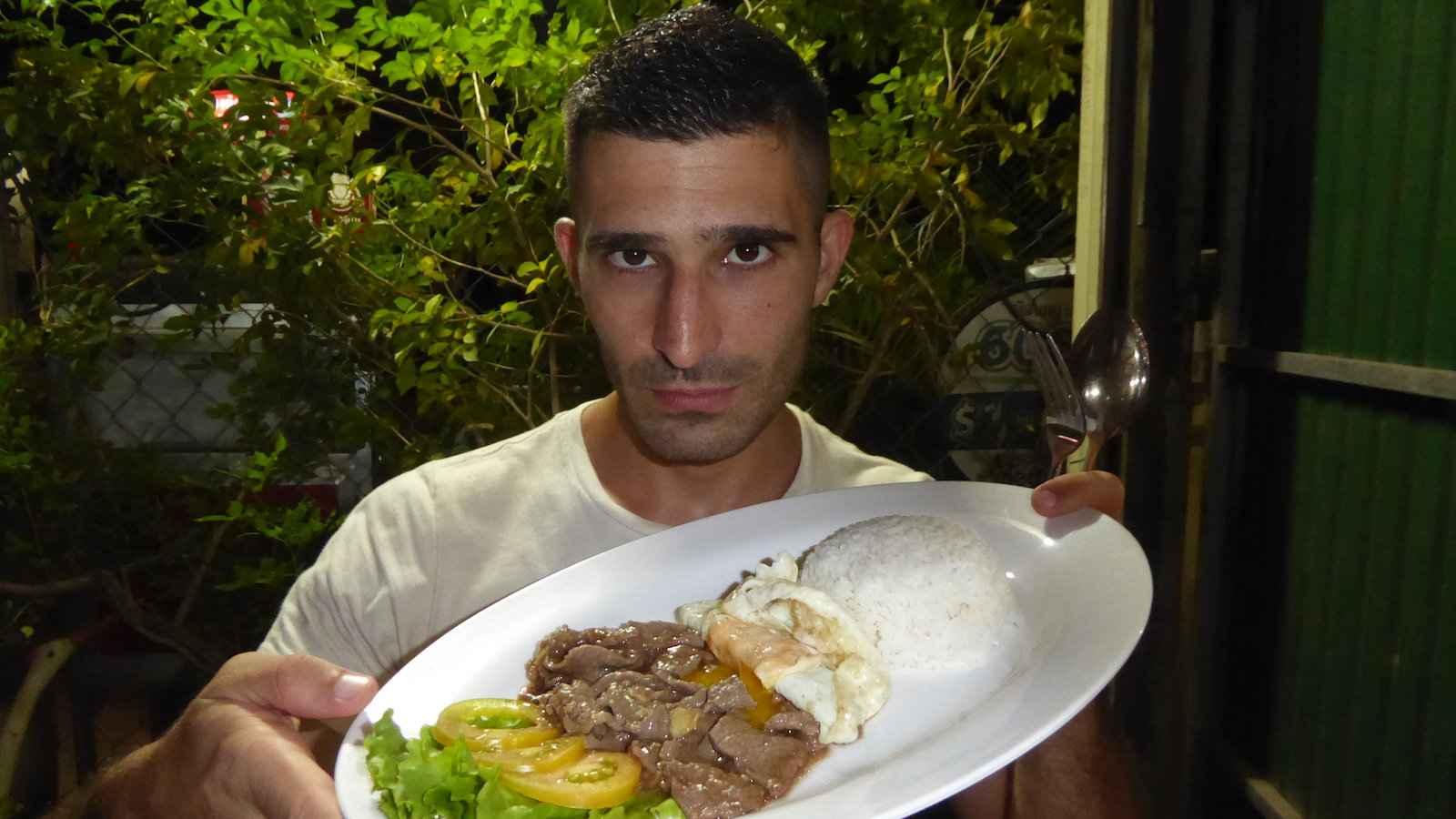 Beef lok lak é uma comida tradicional saborosa do Camboja com influências francesas
