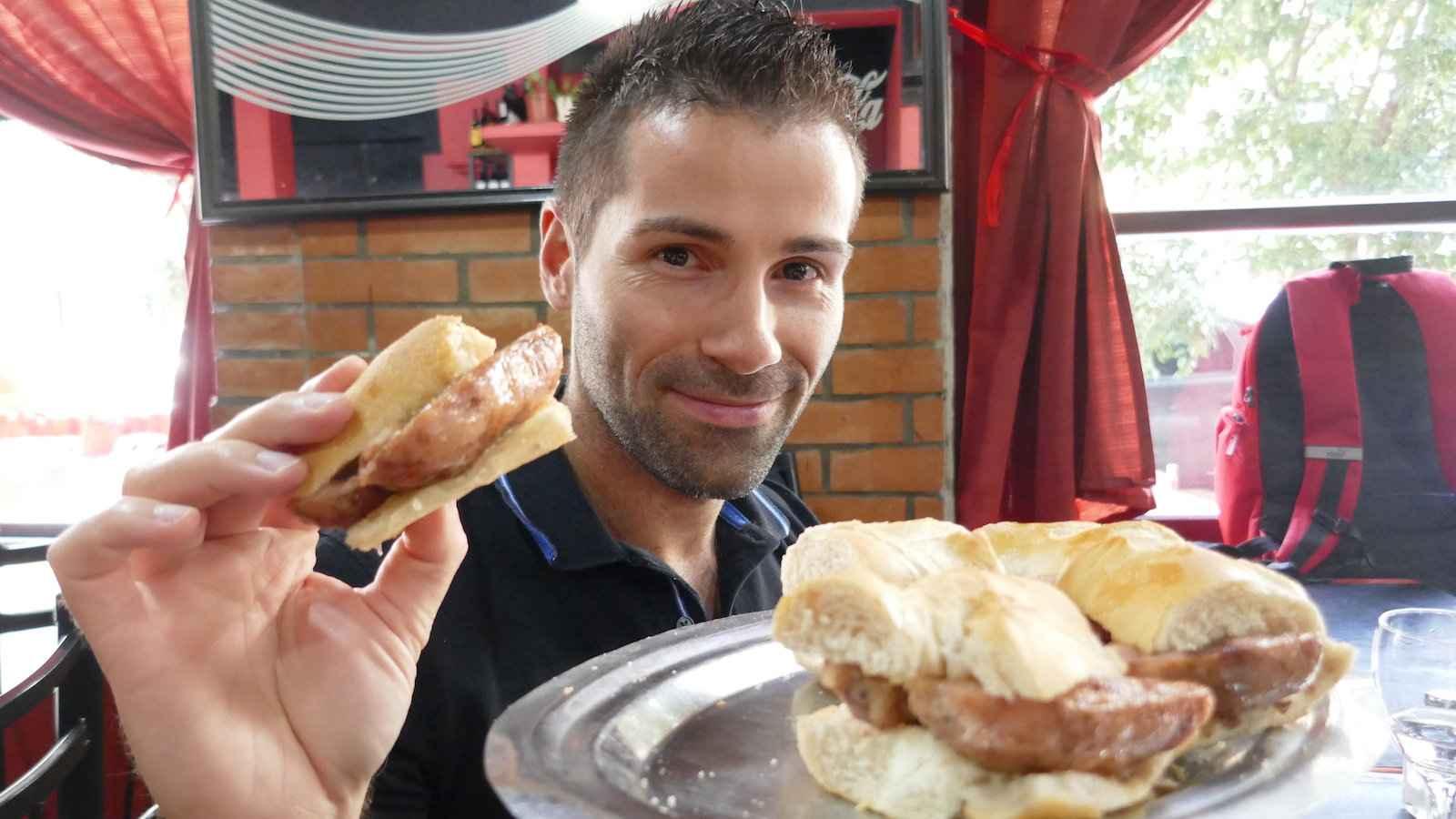 O Choripán é como a versão argentina do cachorro-quente, feito com chouriço grelhado no pão