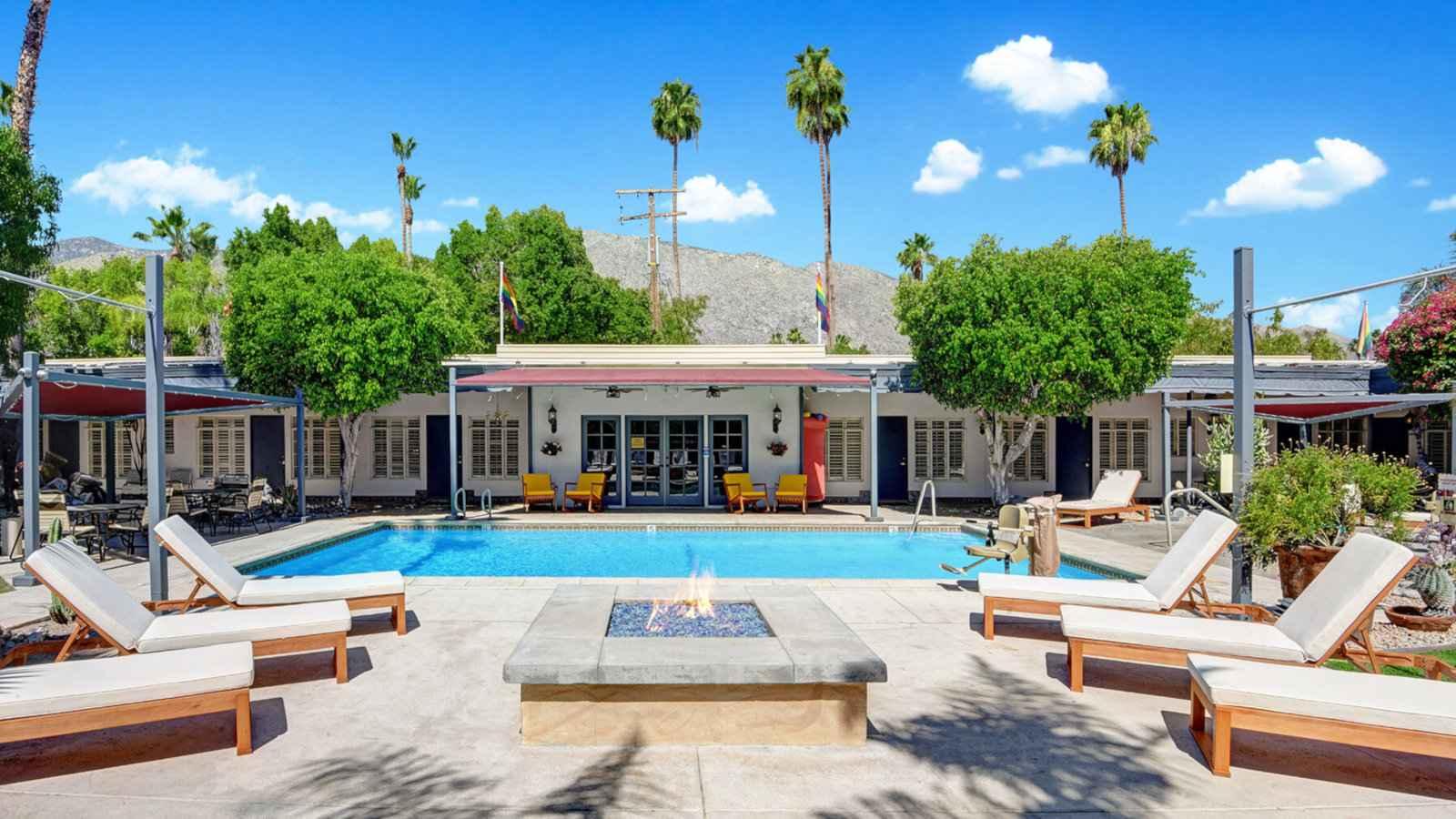 Desert Paradise Resort é um dos melhores resorts gays em Palm Springs, onde o uso de roupas é opcional e atende apenas a homens