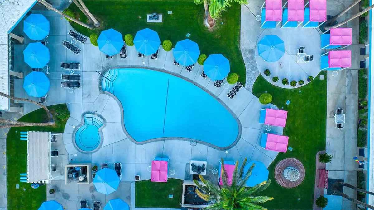 INNdulge é um fabuloso resort gay em Palm Springs, perto de todos os bares e clubes gays