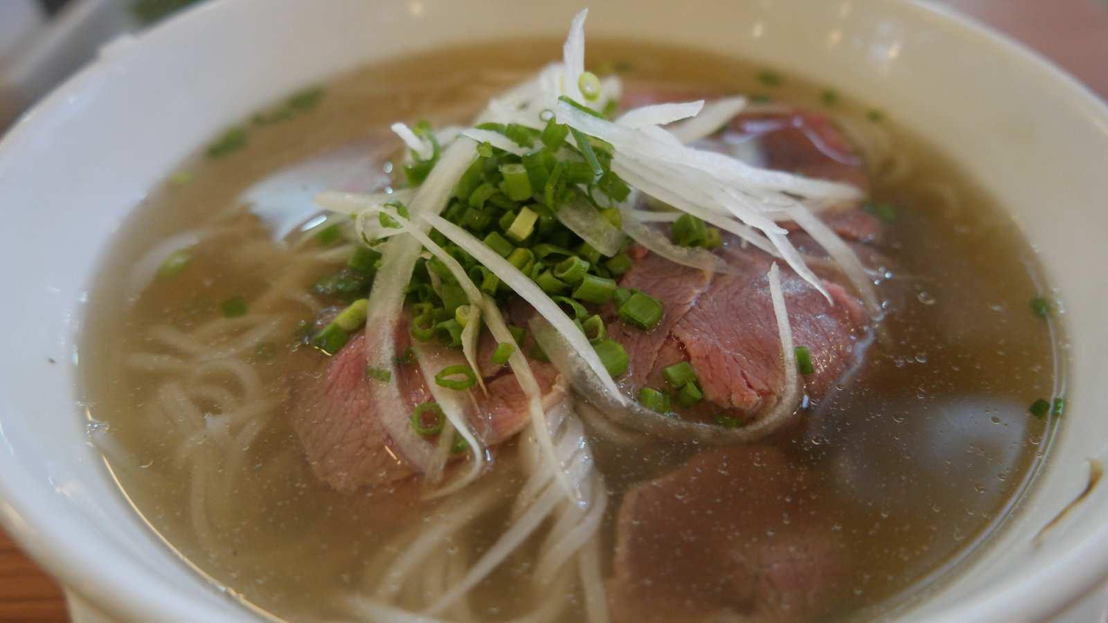 Kuy teav é a versão cambojana da sopa de macarrão e uma deliciosa comida tradicional para experimentar enquanto estiver lá