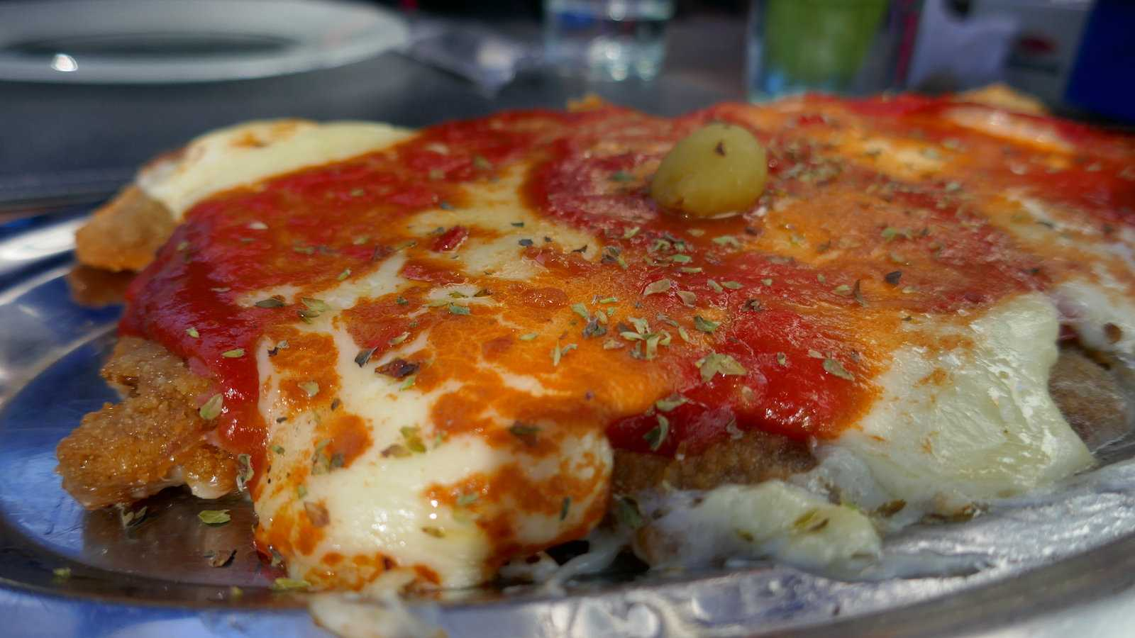 Milanesa a la Napolitana é uma das melhores comidas tradicionais da Argentina