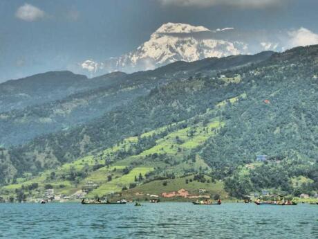 Pokhara é uma linda cidade à beira de um lago no Nepal que é o principal centro de turismo e caminhadas