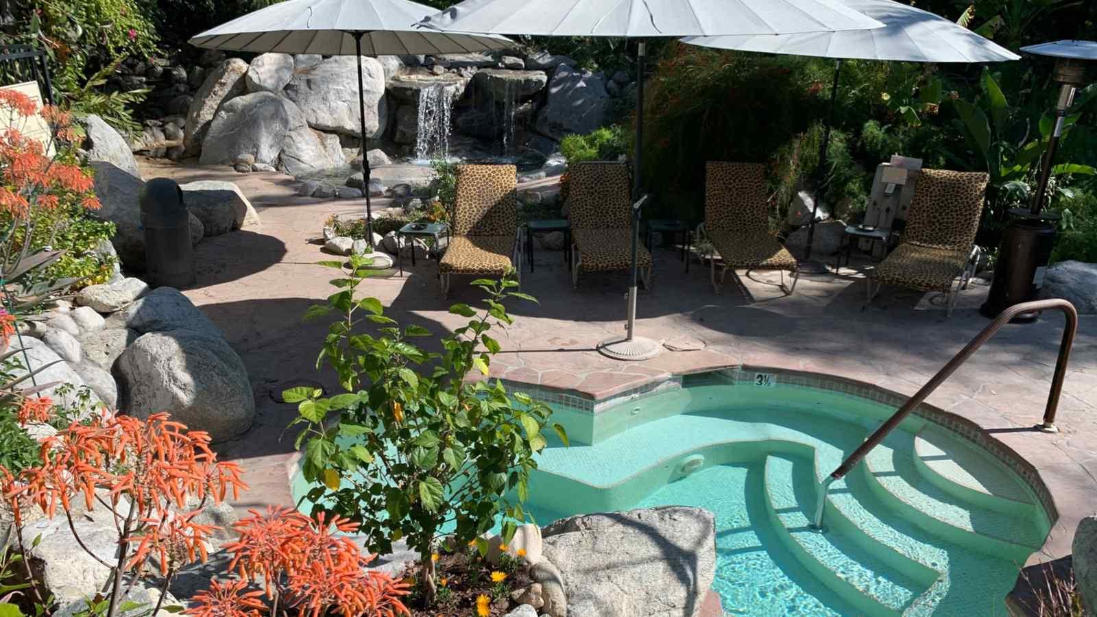 Vista Grande Resort é um dos melhores resorts gays de Palm Springs com belos jardins e até uma cachoeira