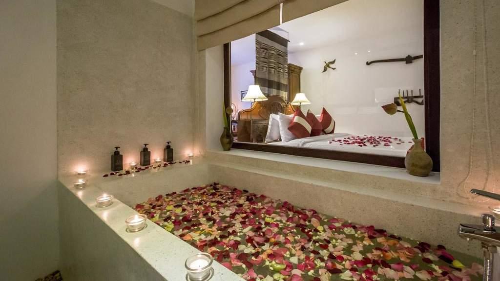 VMANSION Boutique Hotel in Phnom Penh has some uber-romantic bathtubs