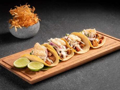 Experimente um prato Restaurante Porfirio em Playa del Carmen serve deliciosa cozinha tradicional mexicana com um toque moderno
