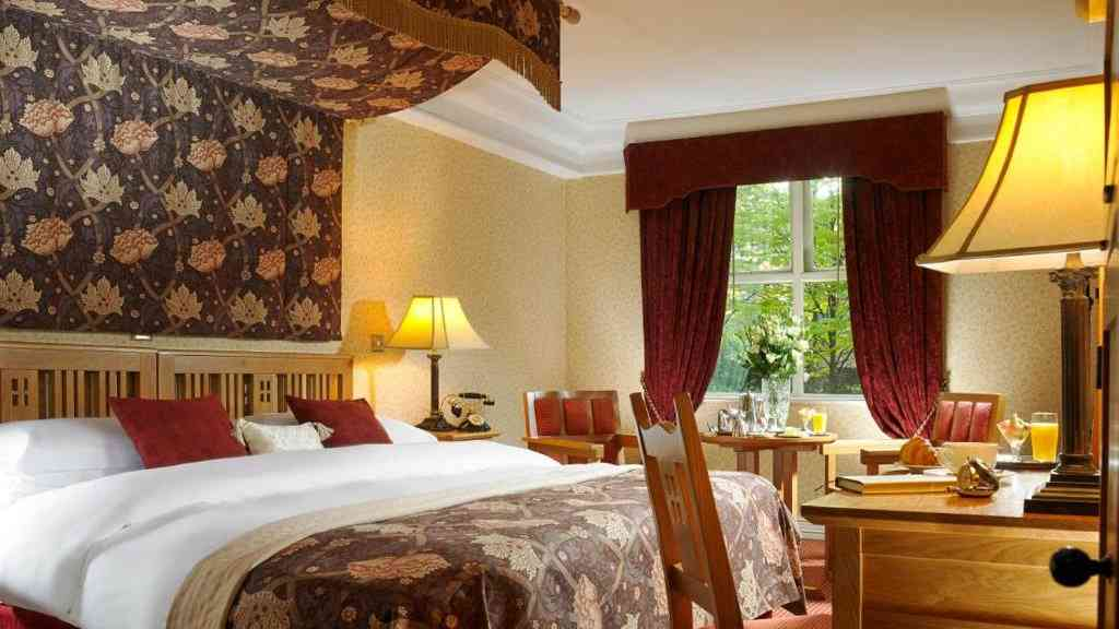 You can stay in a renovated and historic schoolbuilding at the Schoolhouse Hotel in Dublin